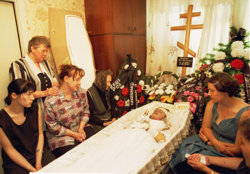 Беременную женщину хоронили когда из гроба 9